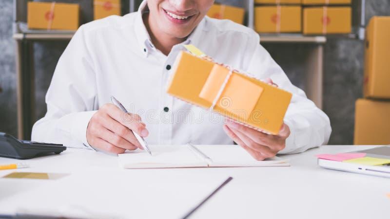 Calculando o custo do porte postal de um pacote pequeno fotos de stock royalty free