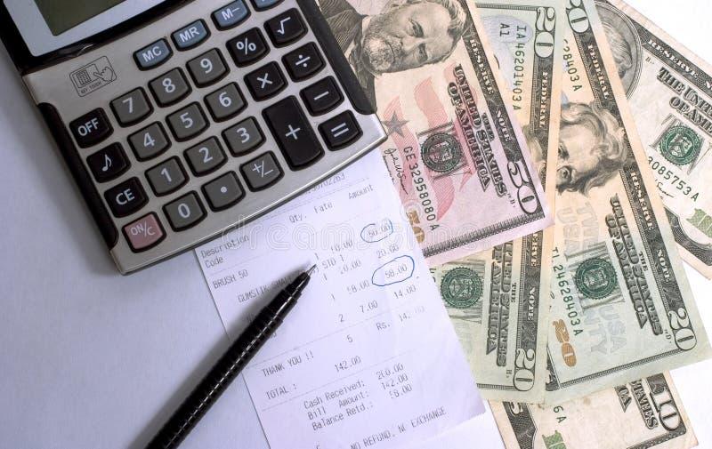 calculating kostnader arkivfoton