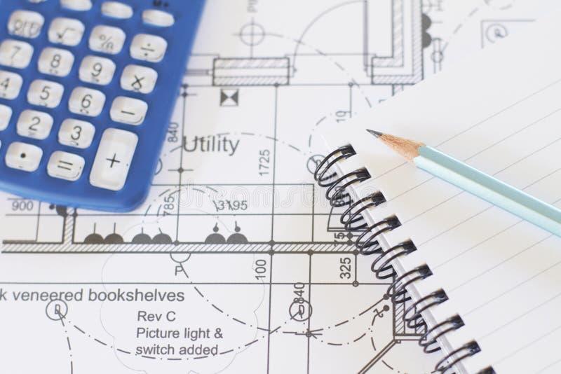 Calculator, Blocnote en Potlood op Plannen royalty-vrije stock afbeeldingen