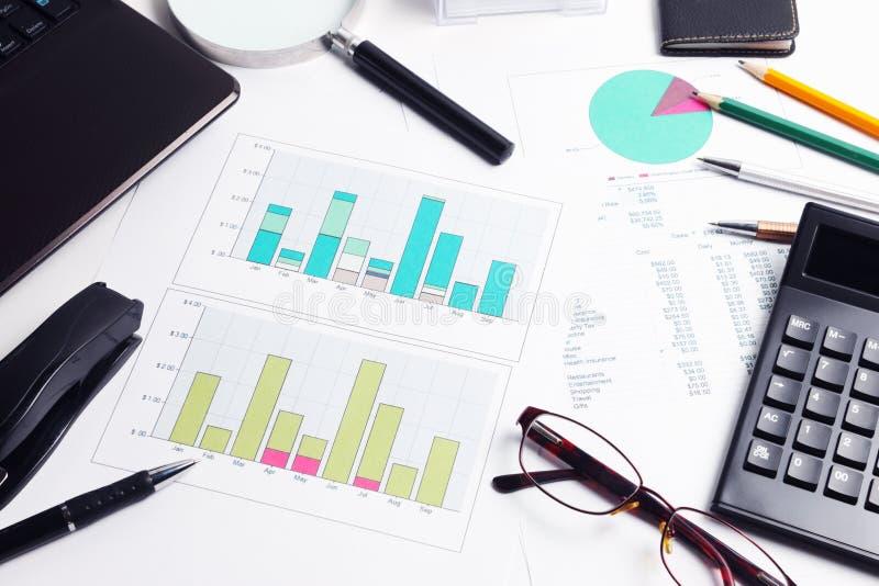 Calculator, diagrammen, grafieken, documenten, pen, glazen royalty-vrije stock fotografie