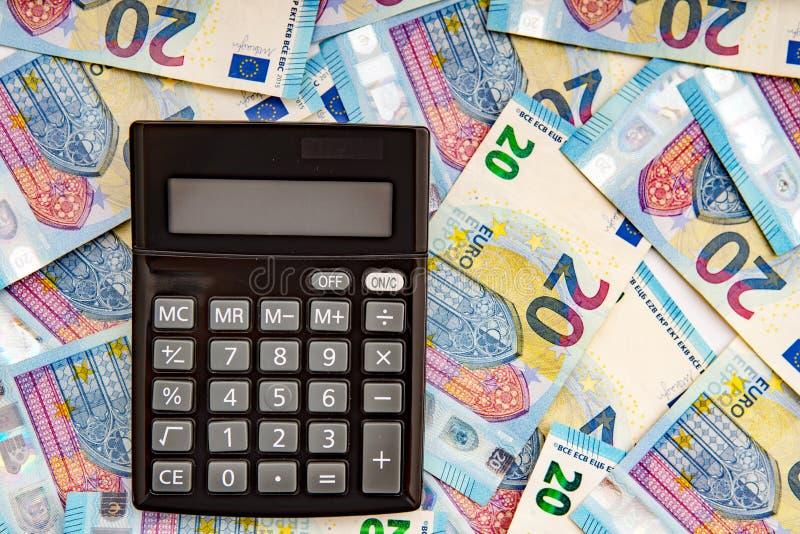 Calculator en euro geld in een financieel analyserend concept stock foto