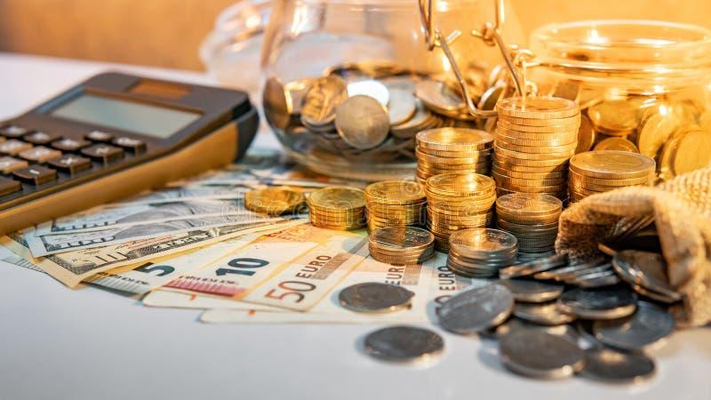 Calculator en internationale munt op de lijst royalty-vrije stock afbeelding