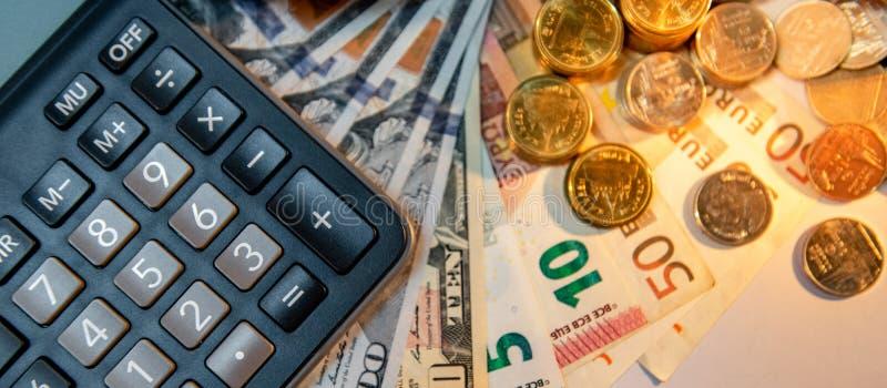 Calculator en internationale munt op de lijst royalty-vrije stock foto