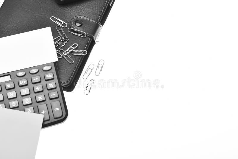 Calculator en kantoorbehoeften Bureauhulpmiddelen op witte achtergrond met exemplaarruimte die worden geïsoleerd Bedrijfs en het  royalty-vrije stock foto