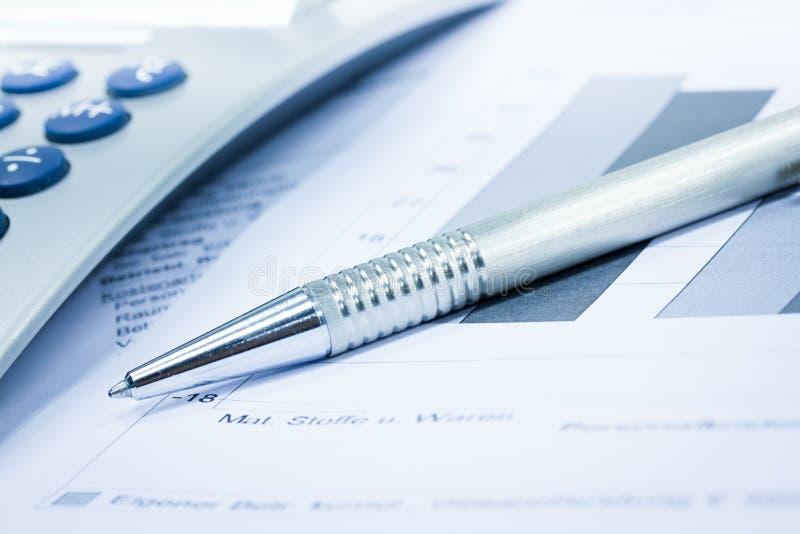 Calculator en pen royalty-vrije stock afbeelding