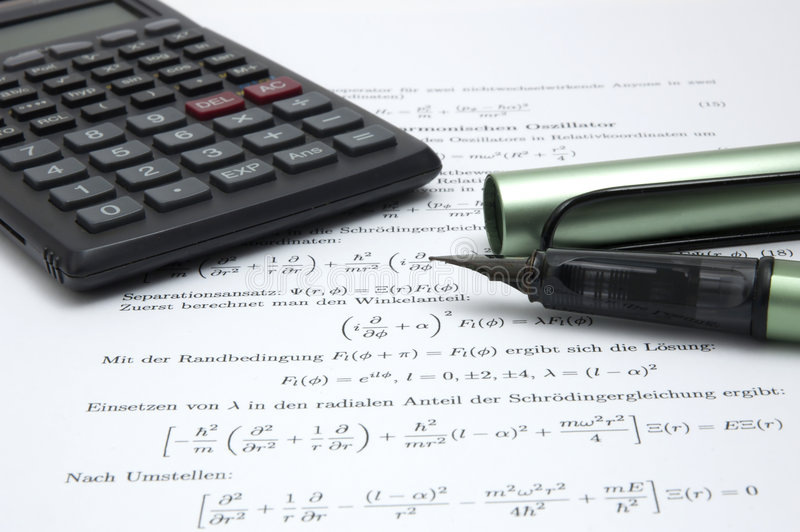 Calculator en pen op wetenschappelijk document stock fotografie