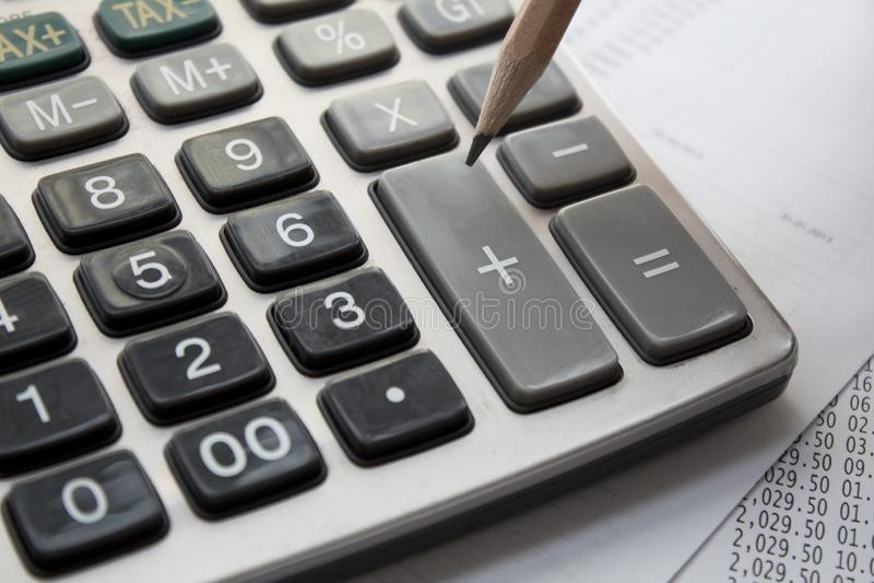 Calculator en potlood royalty-vrije stock foto's