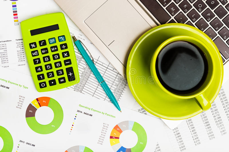 Calculator, laptop en kop van koffie stock foto