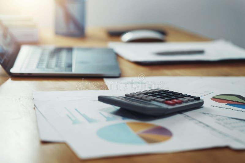 calculator met administratie en laptop op bureau in bureau conceptenfinanci?n en boekhouding stock afbeeldingen