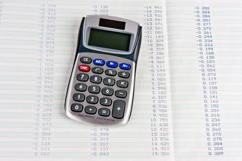 Calculator met een duurzame kopie van cijfers in tabelvorm royalty-vrije stock foto