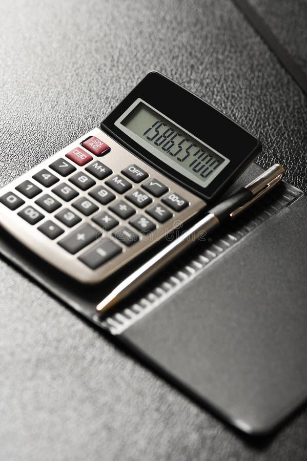 Download Calculator met een pen stock afbeelding. Afbeelding bestaande uit gemak - 10776643