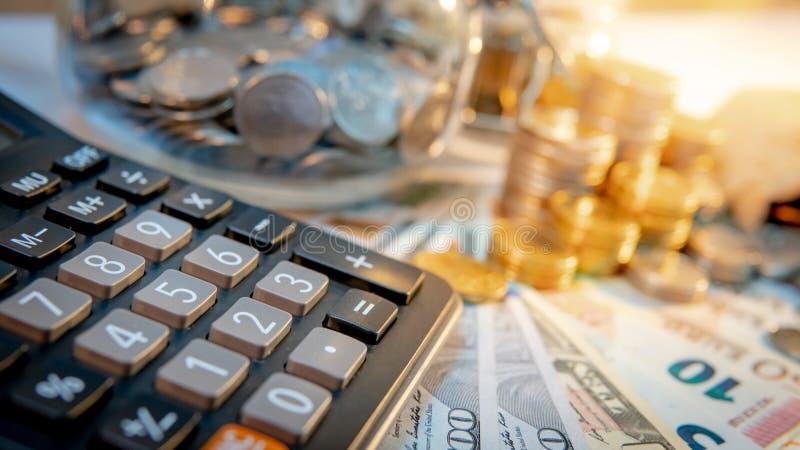 Calculator met internationale munt op de lijst royalty-vrije stock fotografie