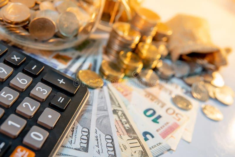 Calculator met internationale munt op de lijst stock foto