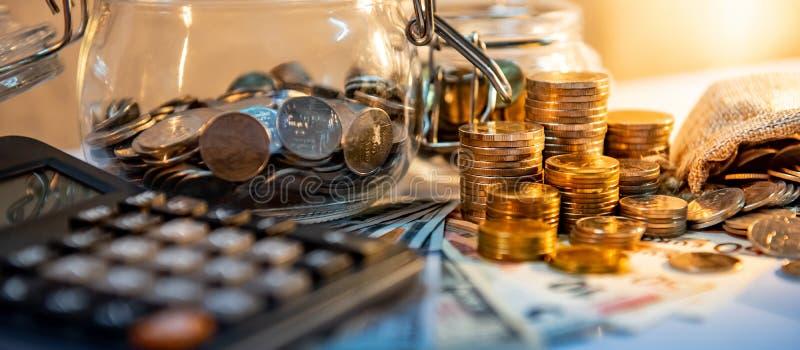 Calculator met internationale munt op de lijst royalty-vrije stock afbeelding