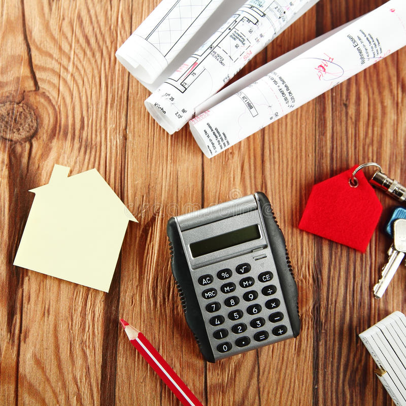 Calculator, Mini House en Schets op Houten Lijst royalty-vrije stock foto