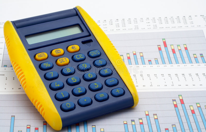 Calculator op inkomensgrafiek royalty-vrije stock foto's