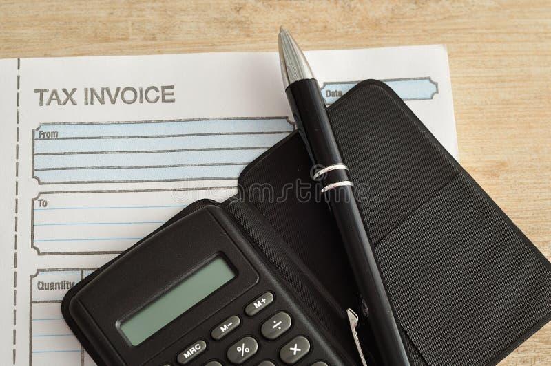 Calculator, pen en rekeningsboek stock afbeelding