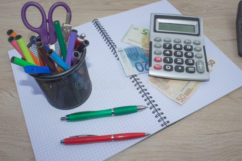 Calculatrice, argent sur la table L'épargne, finances, économie, affaires et concept à la maison - femelle avec la calculatrice c photographie stock libre de droits
