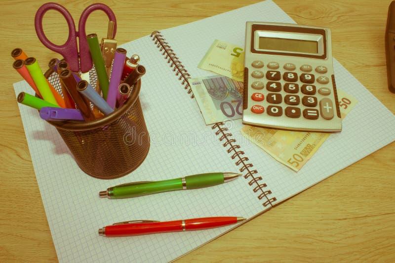 Calculatrice, argent sur la table L'épargne, finances, économie, affaires et concept à la maison - femelle avec la calculatrice c photos stock