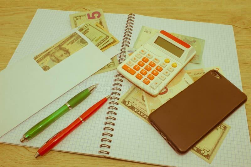 Calculatrice, argent sur la table L'épargne, finances, économie, affaires et concept à la maison - femelle avec la calculatrice c photo libre de droits