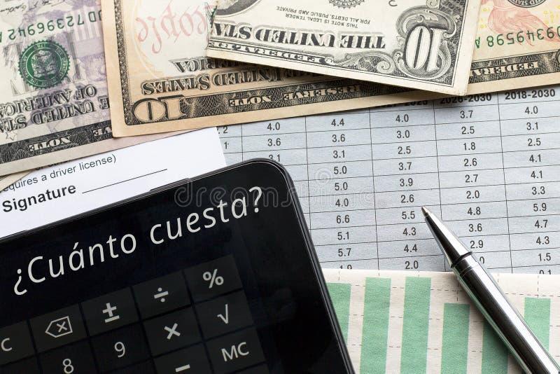 Calculatrice avec combien ? texte dans espagnol images stock