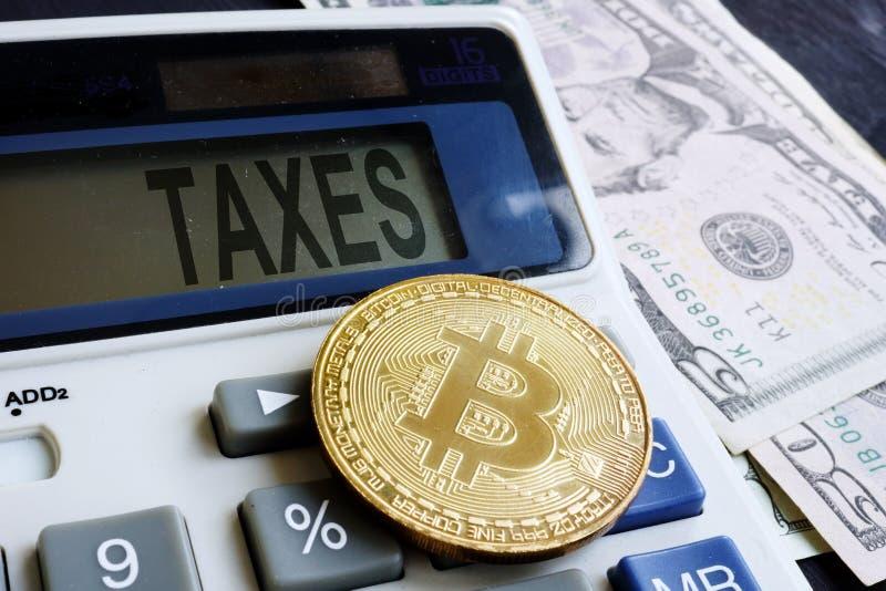Calculatrice avec la pièce de monnaie d'impôts et de cryptocurrency de mot Crypto imposition image libre de droits