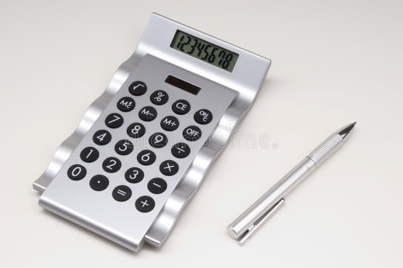 Calculatrice avec le crayon lecteur. photographie stock