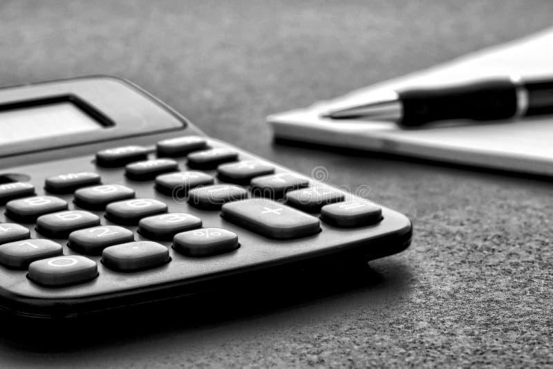 Calculatrice avec le crayon lecteur sur le papier images libres de droits