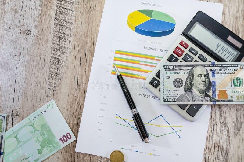 Calculatrice avec les dollars, l'euro et le stylo sur le graphique de gestion photos stock
