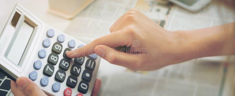 Calculatrice d'utilisations de travailleur de femme comptable ou de banque photos stock