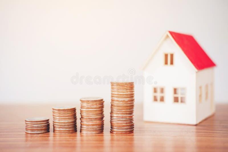 Calculatrice de concept d'argent d'économie coûtée pour la maison photos stock
