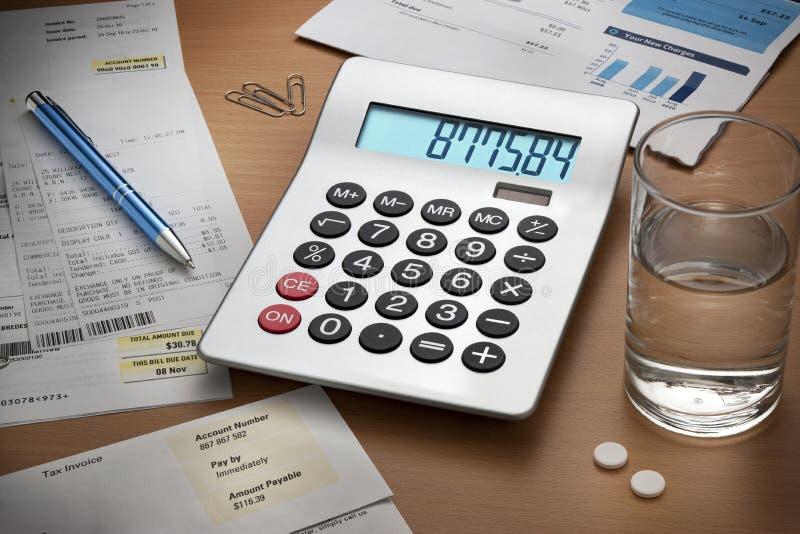Calculatrice de factures de dettes de bureau photographie stock libre de droits