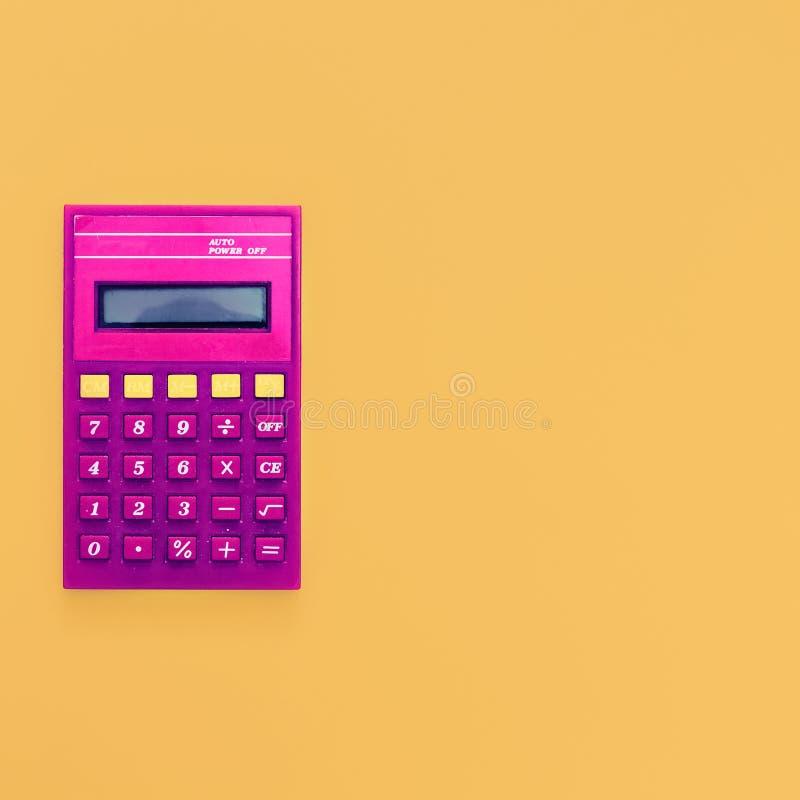 Calculatrice de vintage sur le fond jaune lumineux photo stock