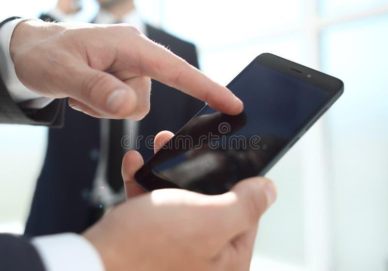 Calculatrice en gros plan dans des mains employé de bureau à l'arrière-plan image libre de droits