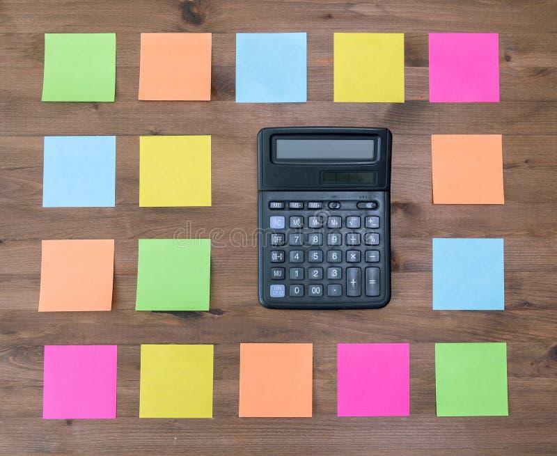 Calculatrice et autocollants colorés multi photographie stock