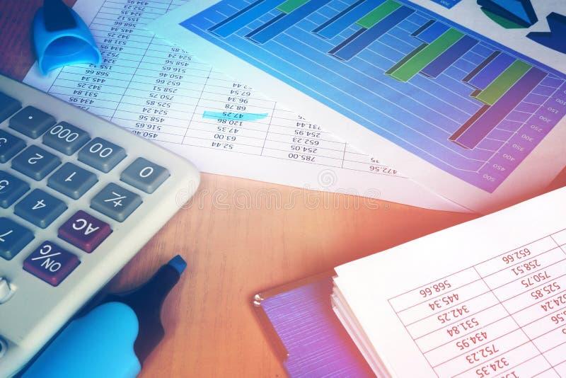 Calculatrice et chiffres financiers sur une table de bureau photo libre de droits