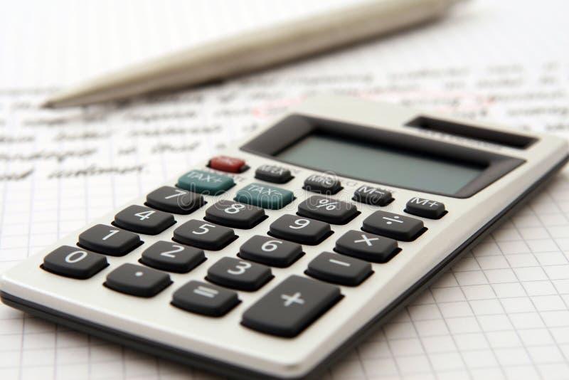 Calculatrice et crayon lecteur indiquant le travail/étude images libres de droits