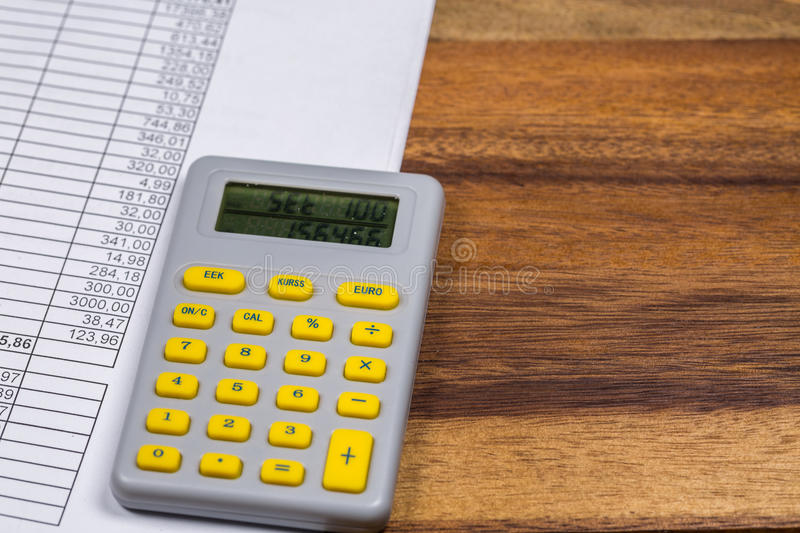 Calculatrice et document de finances photographie stock