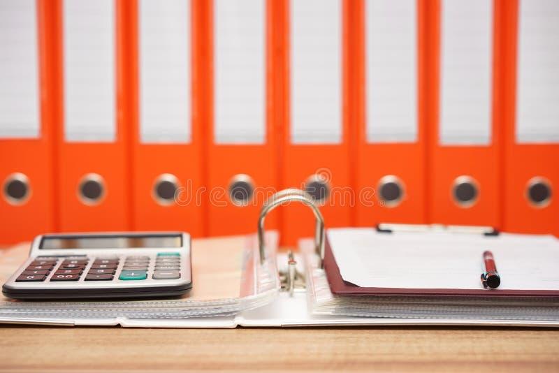 Calculatrice et document sur le dossier ouvert avec le documentatio photos libres de droits