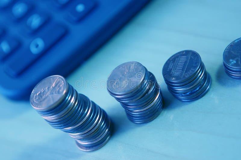 Calculatrice et pièces de monnaie image libre de droits