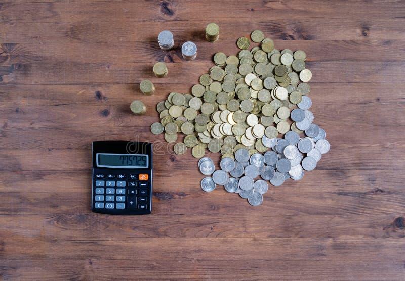 Calculatrice et pile des pièces de monnaie photo libre de droits