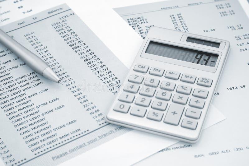 Calculatrice et stylo dessus et déclarations de carte de crédit image libre de droits