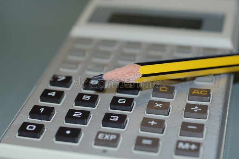 Calculatrice et un crayon image libre de droits