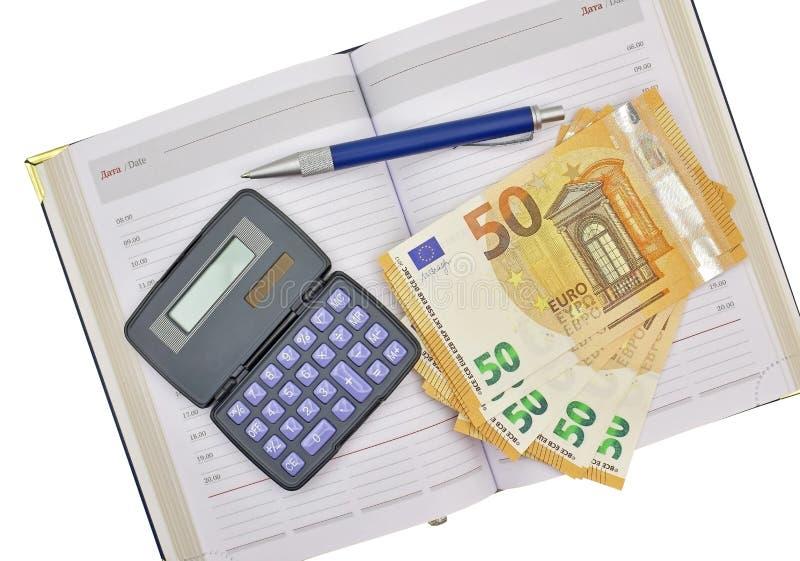 Calculatrice, euro billets de banque d'argent, stylo et carnet sur un blanc photographie stock libre de droits