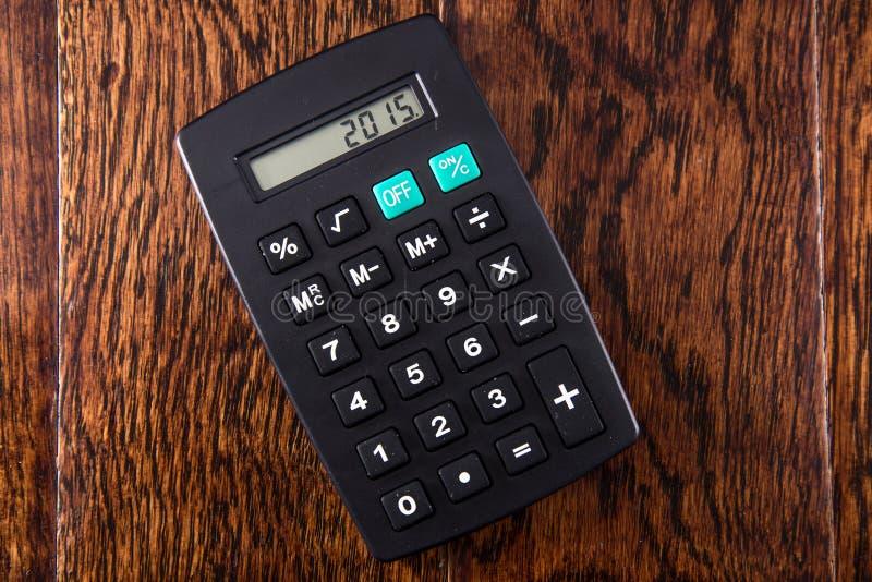 Calculatrice noire sur le bureau en bois image stock