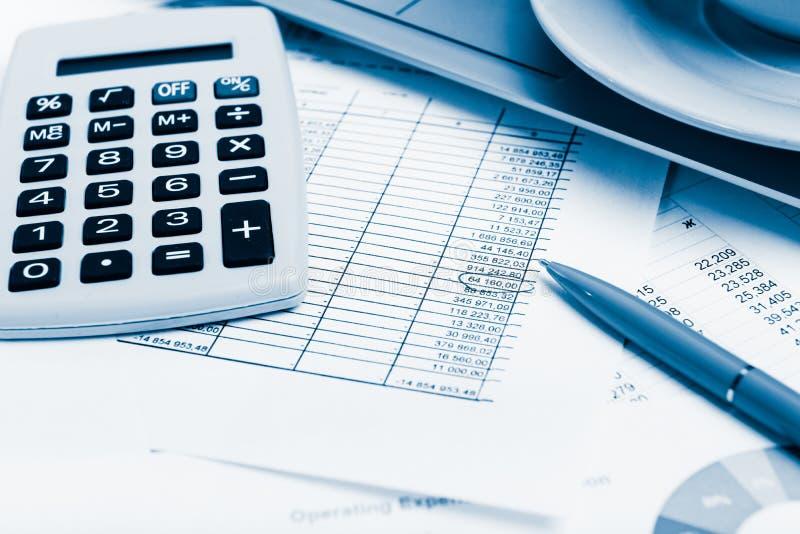 Calculatrice, ordinateur portable et tasse de café sur les documents financiers o photos stock
