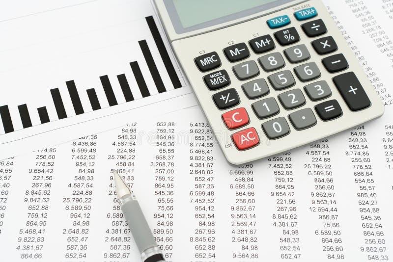 Calculatrice, stylo, documents avec des nombres et diagramme photos stock