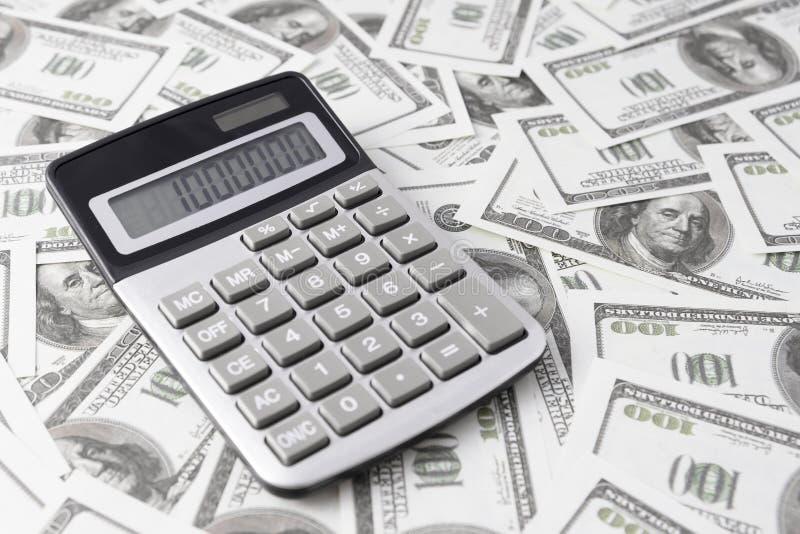 Calculatrice sur des billets d'un dollar images libres de droits
