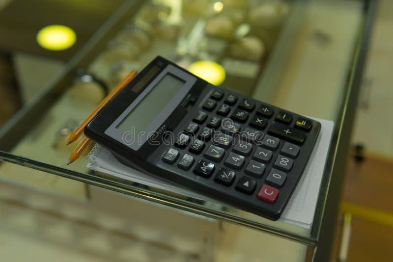 Calculatrice sur le plan rapproché d'étalage, concept d'affaires photo stock