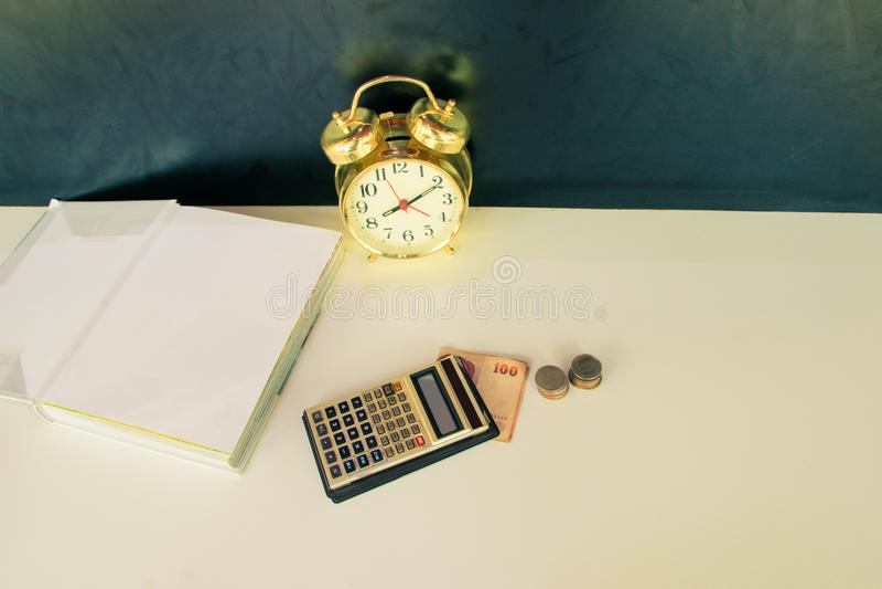 Calculatrice or vieil vintage de vieux, d'argent et de réveil au-dessus du fond blanc et noir Avec l'espace de copie photos stock